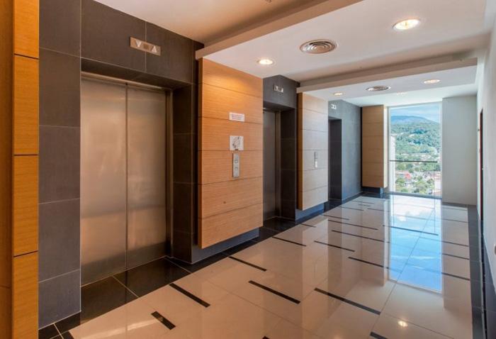 Thang máy chung cư thường có độ cao lên tới hơn 30 tầng.