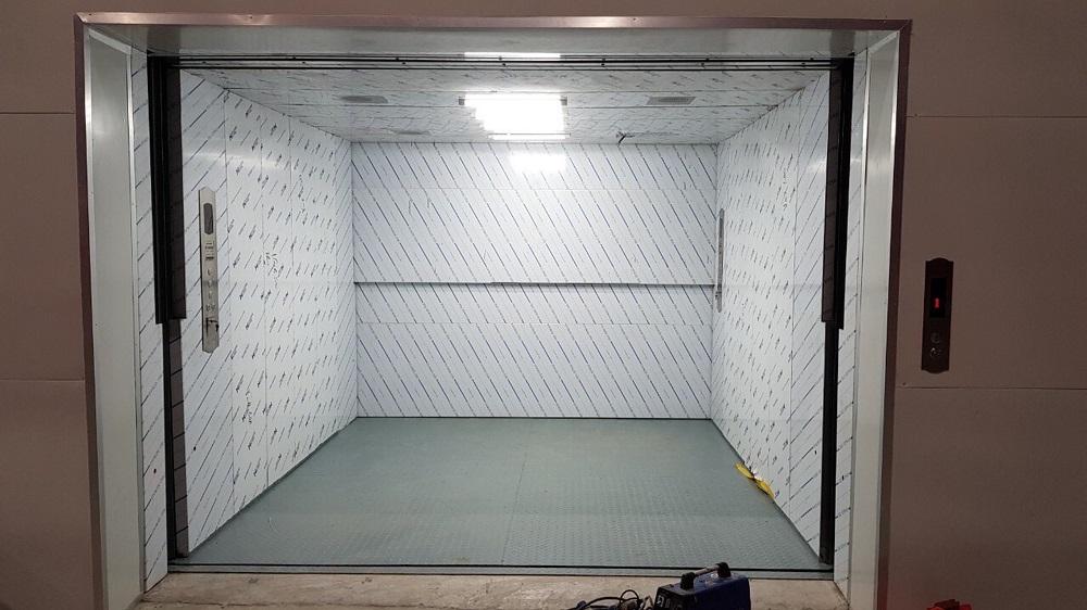 Sự khác biệt thang máy tải hàng chính là tải trọng có thể lên tới trên vài tấn.