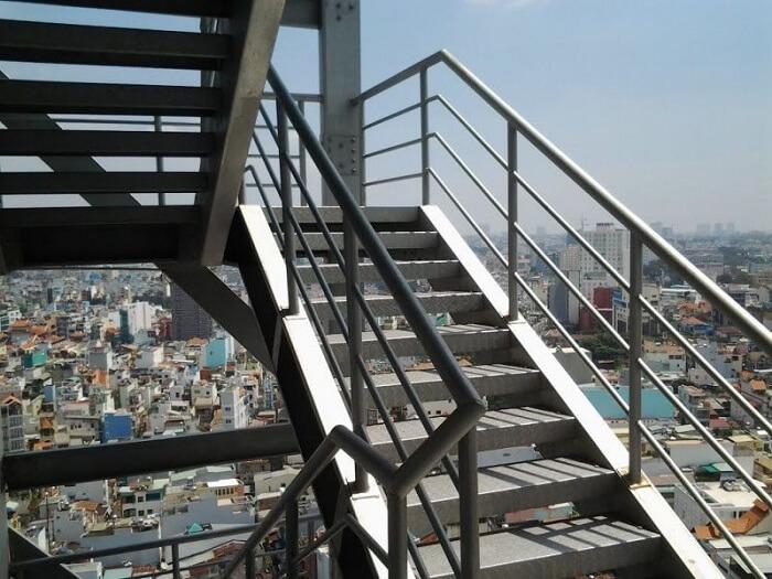 Các quy định an toàn khi có cháy đối với thang bộ và thang máy chung cư